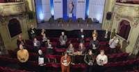 De nominerade till Augustpriset står utspridda i salongen på Södra Teatern