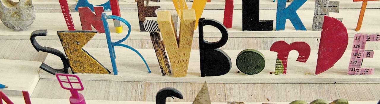 Bokstäver olika storlekar och former i flera rader tillverkade i olika material